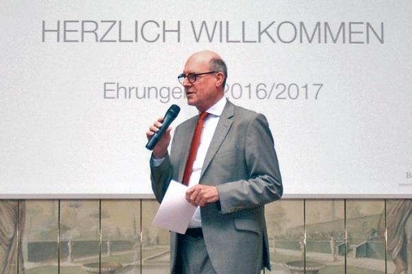 Moderator Klaus-Dieter Mayer